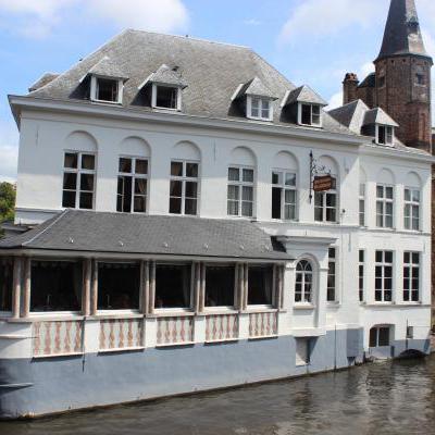 Mooi gebouw aan het water