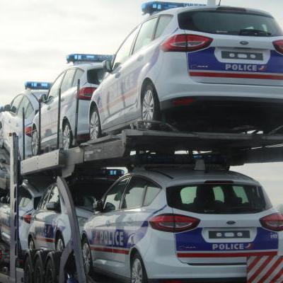 Vrachtwagen met auto