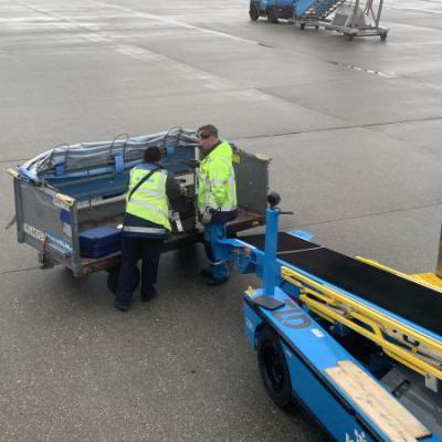 Koffers inladen vliegtuig