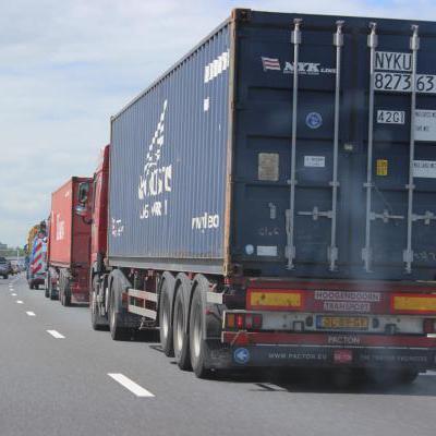 Vrachtwagens op snelweg