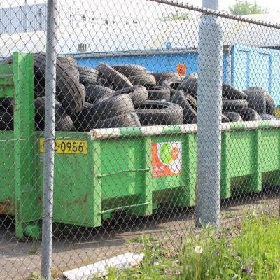 Container met oude banden