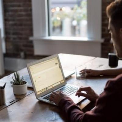 Schrijven achter laptop